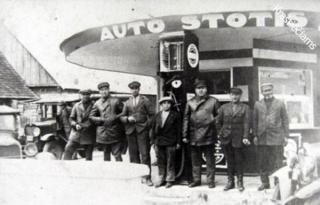 Vairuotojai Kalvarijos autobusų stotyje. 1931 m.