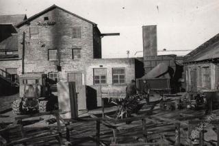 Gamybinės patalpos. Uždarius drenažo vamzdžių gamybą į metalo laužą pjaustomi vagonėliai. 1978 m.