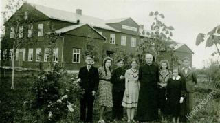 Šakių gimnazija ir dalis jos kolektyvo 1942 m. gegužės 30 d.