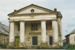Markutiškių dvarui priklausęs  klasicistinio stiliaus pastatas. Apie 1989-1990 m.