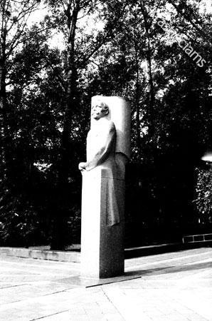 Paminklas V. Mickevičiui-Kapsukui. 1990 m.