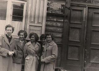 Kauno rajono rajoninės bibliotekos vedėja V. Urbonavičiūtė  (pirma iš kairės) su būsimomis bibliotekininkėmis. 1958 m.