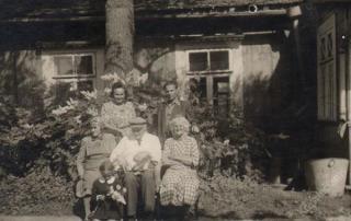 Gydytojas Rokas Šliūpas (antras iš dešinės) su artimaisiais savo sodyboje Garliavoje 1959 m.