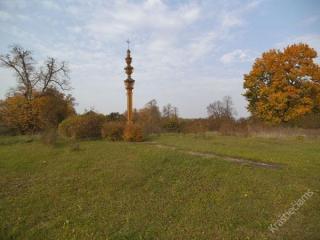 Stogastulpis, skirtas V. Michnevičiaus gimtinės atminimui. 2013 m.