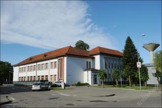 """Pastatas, kuriame 1998-2012 m. veikė Šakių """"Žiburio"""" gimnazija. 2014 m."""