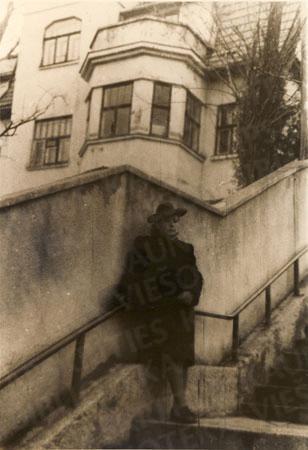 Danutė Kijauskienė prie savo buvusių namų (dab. V. Mykolaičio-Putino g. 13). Apie 1950 m.