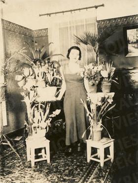 Eleonora Janušauskaitė Busilų namų svetainėje. Apie 1928–1929 m.